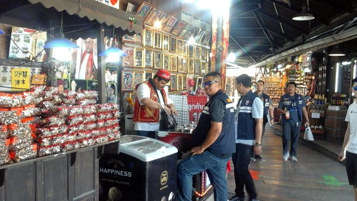 Immigration police said all foreigners working at the Pattaya Floating Market are doing so legally.