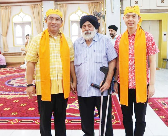 Amrik Singh Kalra (centre) most respected Chairman of the Sikh and Indian community of Pattaya greets Mayor Sonthaya Khunplome (left) and Deputy Mayor Poramet Ngampiches (right).