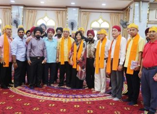 Mayor Sonthaya and his entourage pose for a photo with members of the Sikh community.