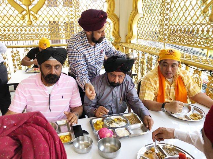 Mayor Sonthaya joins in making merit by partaking in Guru ka langar.