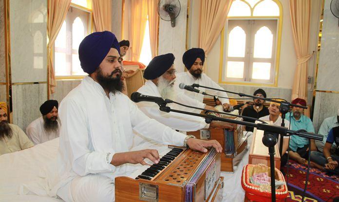 Ragis sing shabads (holy hymns) from the Guru Granth Sahib.