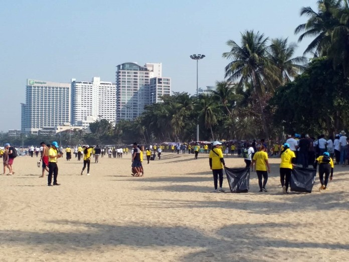 Banglamung residents wearing royal volunteer uniforms joined the general public and civic groups in collecting garbage off Pattaya Beach.