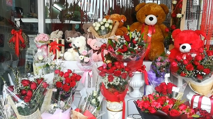 Red teddy bears costing 200-3,000 baht and heart-shaped pillows costing up to 500 baht were the most popular gifts this Valentine's Day.
