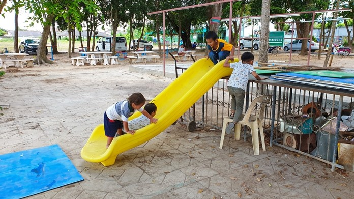 Students and parents have fixed up a Sattahip playground with recycled materials that, although non-standard, have brought fun and smiles to the faces of little children.