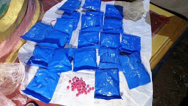Two mid-level drug dealers were arrested outside a Plutaluang temple with more than 4,000 methamphetamine tablets.