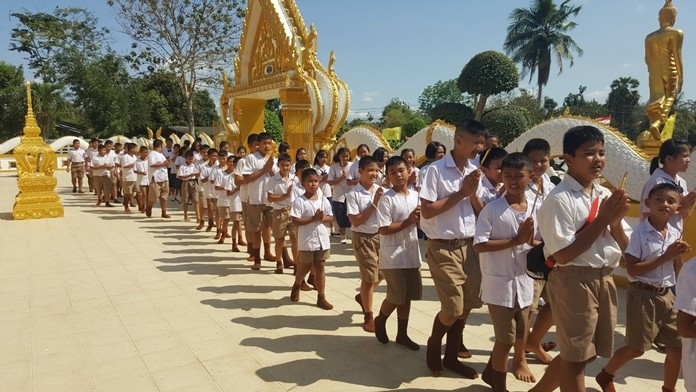 Students from Tungkom Tanman School perform a Wien Thein ceremony at Samakkee Pracharam Temple.