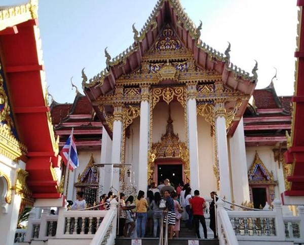 Worshippers line up to make merit at Wat Chaimongkol.
