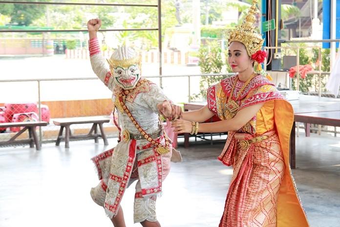 Students Arisara Samongdee and Thanawat Kemthong perform the Ramayana and Hanuman chasing Nang Benchkai Episode stage show.