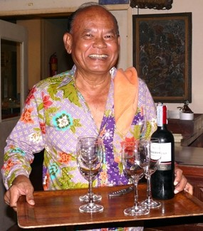 The very active Somsak has made a restaurant that has been 30 years in the same soi, and 40 years with the same chef – Somsak himself.