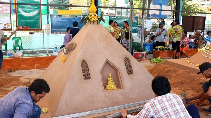 Residents from 9 Nong Plalai villages brought equipment, tools, and flowers to decorate their sand pagodas at Wat Nongkedyai.