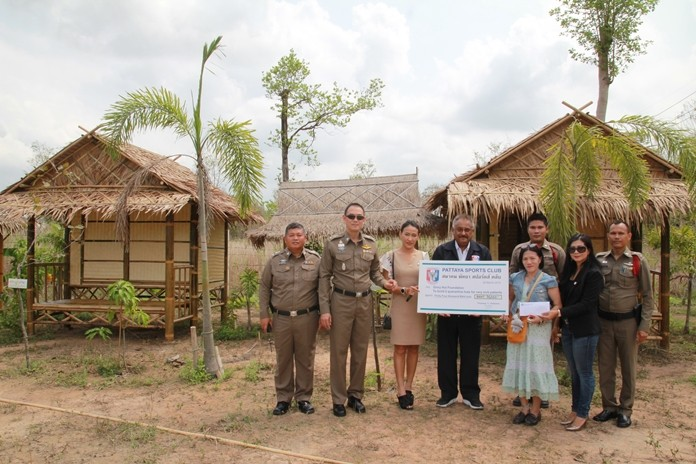 PSC President Peter Malhotra, accompanied by Social Welfare Chairwoman Noi Emerson, and Pol. Lt. Col. Atipong Wuthwattanakul, along with Huay Yai police officers and relevant others, witness the PSC donation of 34,000 baht to Glory Hut Foundation Director Pornsawan Kitpirak to buy 2 huts where patients with AIDs can recuperate.