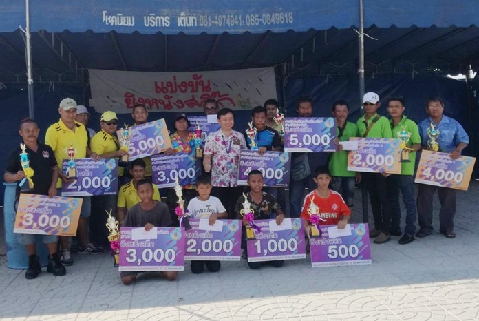 Winners and placers receive their awards from Nattapol Teerawuthworawej, Pattaya City's director of Arts and Culture Promotion.