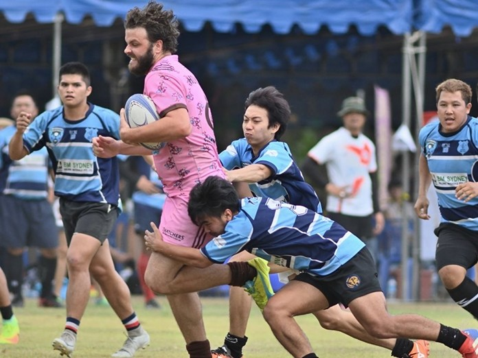 Pattaya Panthers run the ball through some stout defence. (Photo/Robert Lincoln)