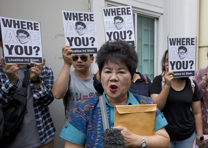 Kanya Theerawut, mother of Siam Theerawut, talks to reporters outside Vietnam Embassy in Bangkok, Monday, May 13, 2019. (AP photo/Sakchai Lalit)
