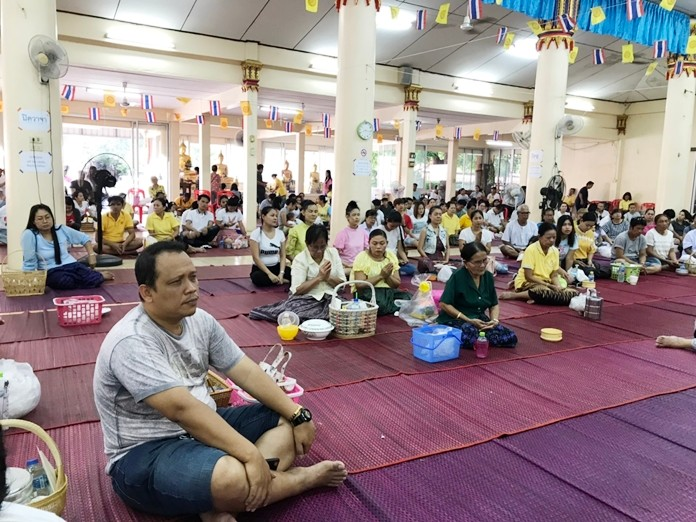 Many worshippers turned out to make merit at Wat Thamsamakee.