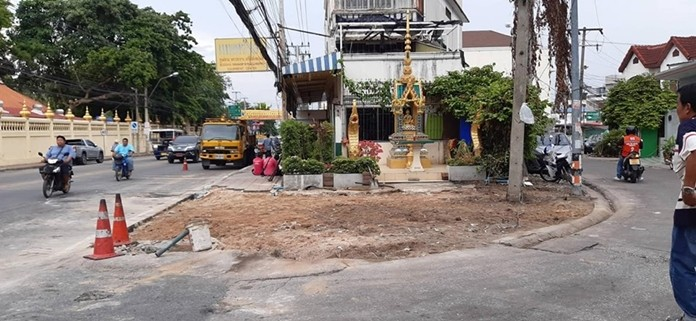 Pattaya continued clearing a Naklua traffic bottleneck exacerbated by private encroachment on public land.