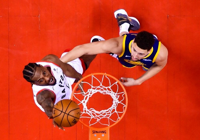 Toronto Raptors forward Kawhi Leonard (left) scores past Golden State Warriors guard Klay Thompson (right) during the second half of Game 5 of the NBA Finals in Toronto, Monday, June 10, 2019. (Nathan Denette/The Canadian Press via AP)