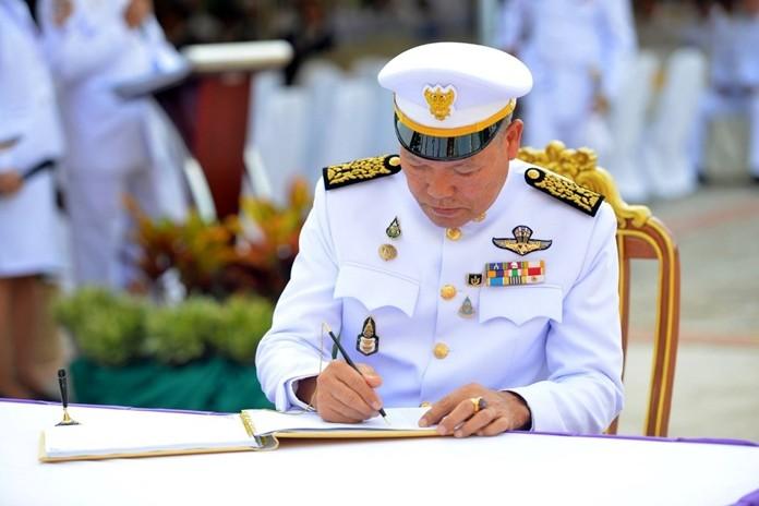 Pattaya Deputy Mayor Banlue Kullavanijaya leads city officials in signing the birthday wish book for HM the Queen.