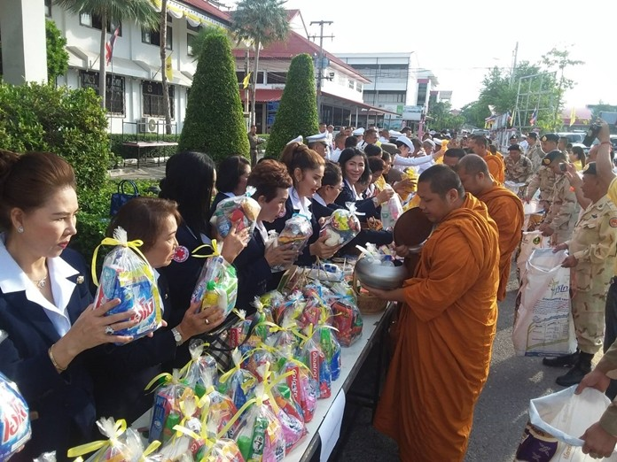 Officials and the public donated alms to monks to make merit in the morning for HM Queen Suthida's birthday.