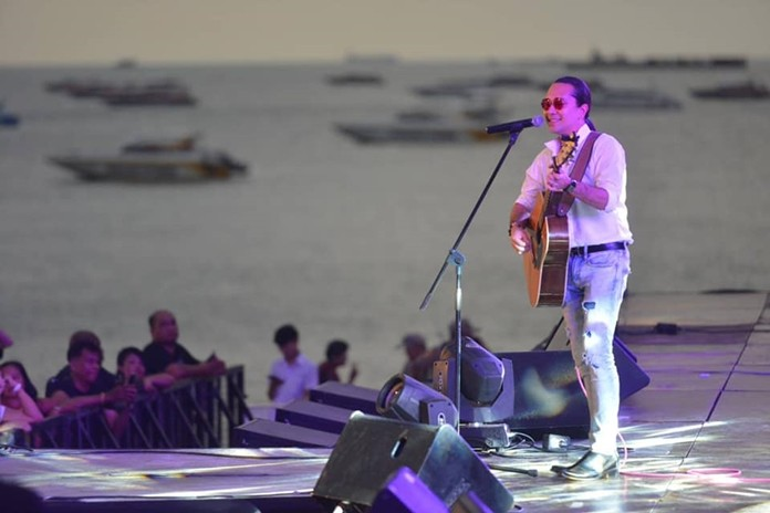 Pete Peera performs acoustic hit songs.
