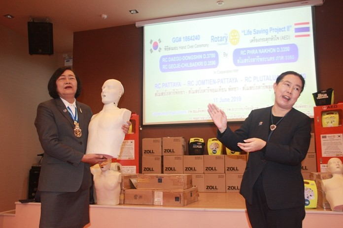 PDG Onanong Siripornmanut and and Darin Pongpawat, president of the Rotary Club of Phra Nakhon stress that everyone must be trained in CPR and the proper usage of the AEDs.