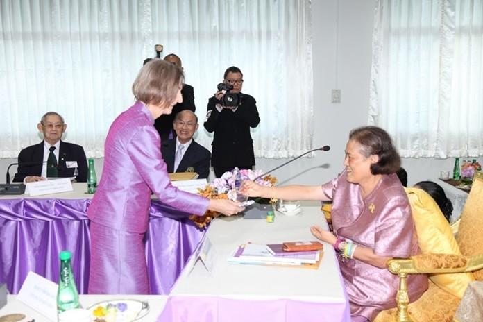 HRH Princess Maha Chakri Sirindhorn bestows a plaque of honor to Dr Margret Deter.