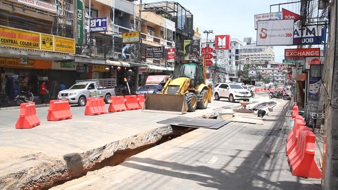 The Provincial Electricity Authority began digging up Central Road without notice, making traffic crippled by the Pattaya Music Festival even worse.