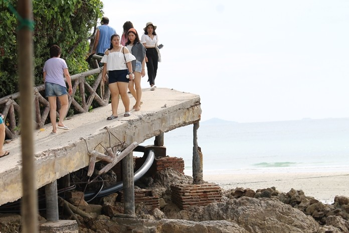 Koh Larn business owners are calling on Pattaya to repair the Tien Beach bridge, which is close to collapsing.