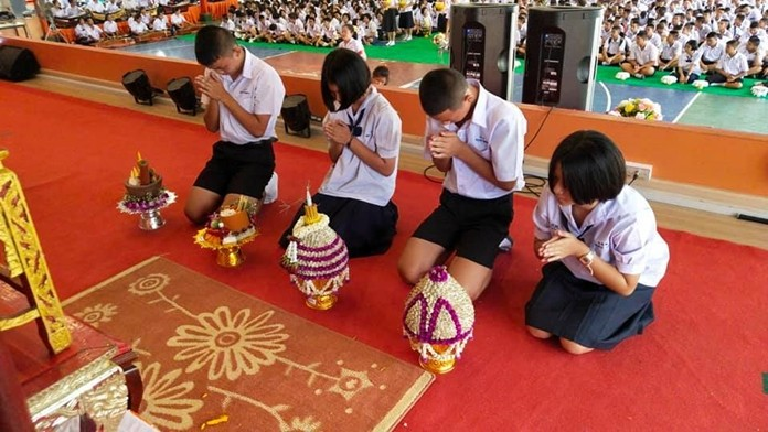 Students of Photisampan Pittayakarn School paid respect to their instructors on Teachers Day.