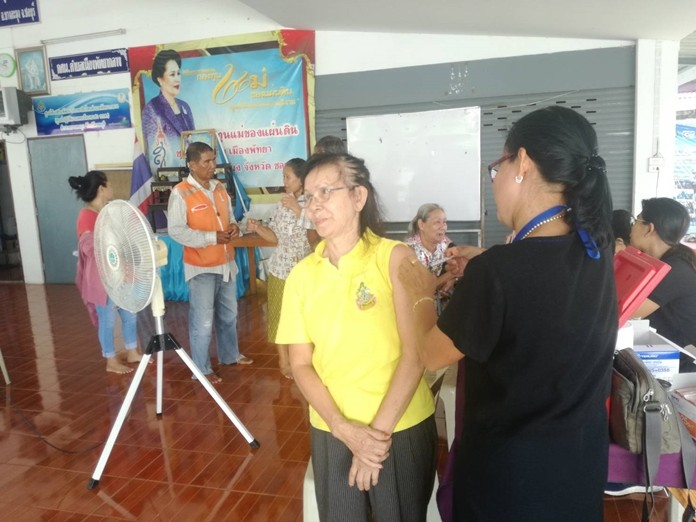 Pattaya offered free flu shots at a Health Department outreach visit to the Chumsai Community.