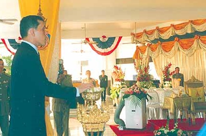 His Majesty opens the ceremonial curtain to reveal the RVYC signboard inaugurating the new clubhouse in 2005.