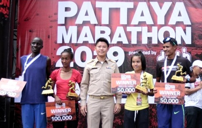 Worapot Pongmalee, Asst. Secretary to Pattaya Mayor (center), presents awards to marathon winners Chepkok Kibiwott from Kenya (far left) and Marta Tinsae Birehan from Ethiopia (2nd left) along with Thailand's fastest male and female finishers, Supit Janrat (far right) and Linda Jantachit (2nd right).