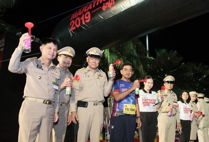 Pattaya and Chonburi officials attended the opening ceremony on Pattaya Beach Road to set the runners on their way.