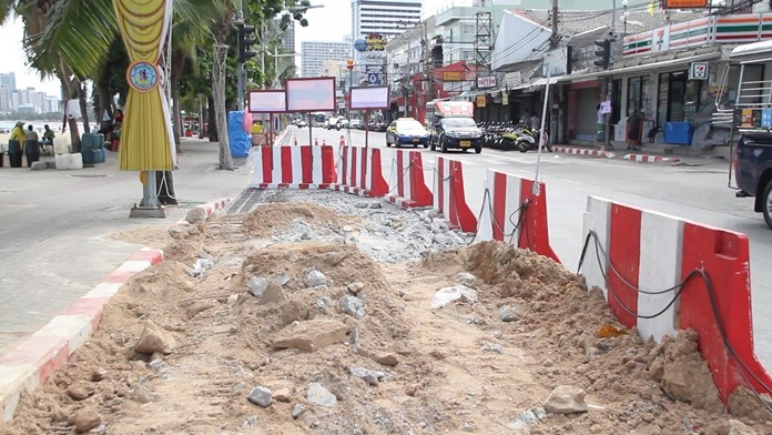 Lane closures on Pattaya Beach Road began July 24 with crews beginning the process of laying new drainage pipes and burying utility lines.