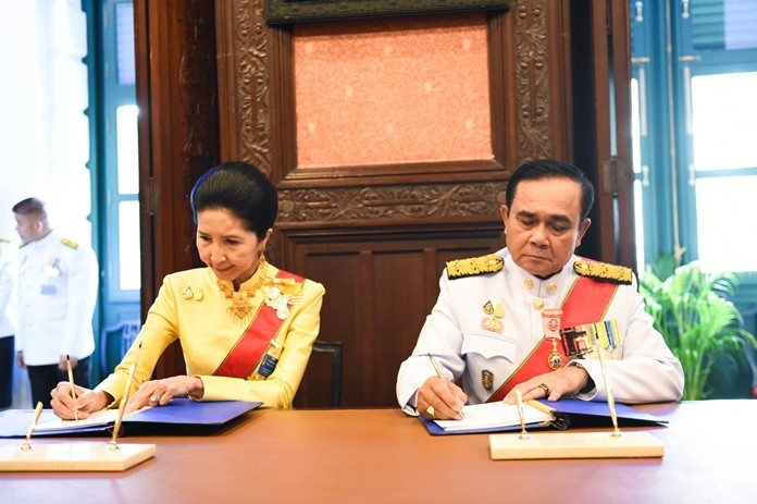 Prime Minister Prayuth Chan-ocha and his wife Naraporn pledge their loyalty to HM the King.