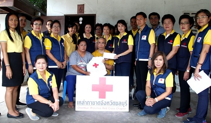 Top officials from the Chonburi and Banglamung Red Cross visited 20 bedridden patients, seniors, disabled and poor people to provide financial and material support.