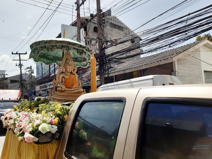 The candle parade left from the school's Naklua Road entrance and proceeded to Lan Po Market then to Photisampan Temple.
