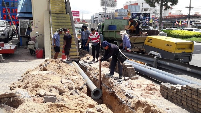 Pattaya workers laid pipes and installed pumps to mitigate flooding on Sukhumvit Road.