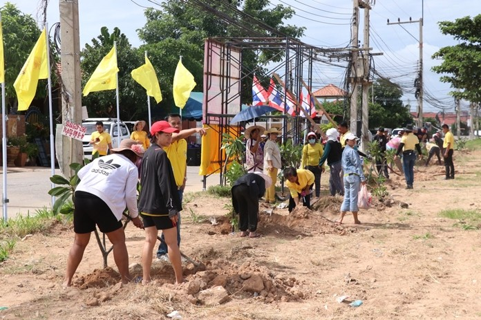 Residents of Nongprue's Eakmongkol 4/1 Village cleaned up their neighborhood with an eye toward creating a public park within its boundaries.