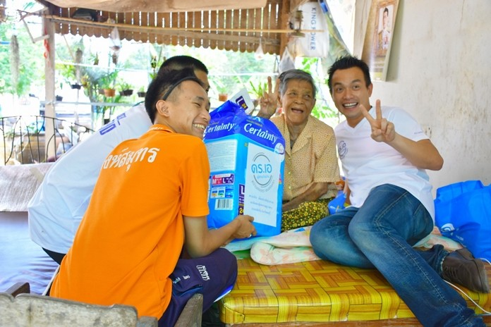 Sattahip MP A. Tatira Plukprapha and student volunteers brought relief supplies to 14 sick and elderly residents in three subdistricts.