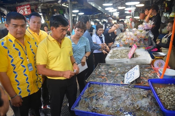 Pattaya health inspectors carried out an inspection of the seafood at Lan Po Market following complaints posted on social media.