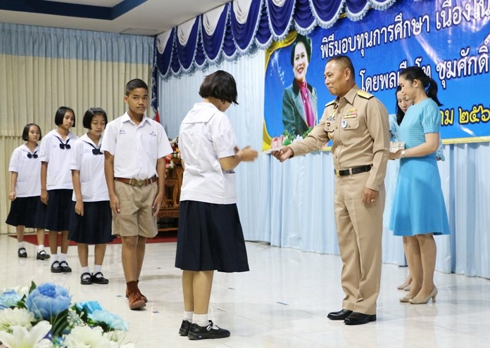 Vice Adm. Chumsak Nakwijit presents scholarships to deserving students.