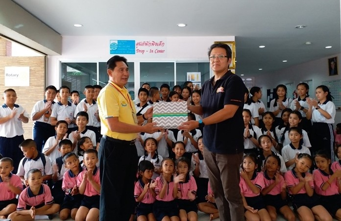 Khun Siromes Akarapongpanich, Asst. Director of HHNFT welcomed teachers and Grade 6 students from Darasamuth School, Sri Rach to perform activity about using moral to lead way of life at Drop-In Center/ASEAN Learning Center, Central Pattya and to make contribution to HHNFT to support in the shortage.