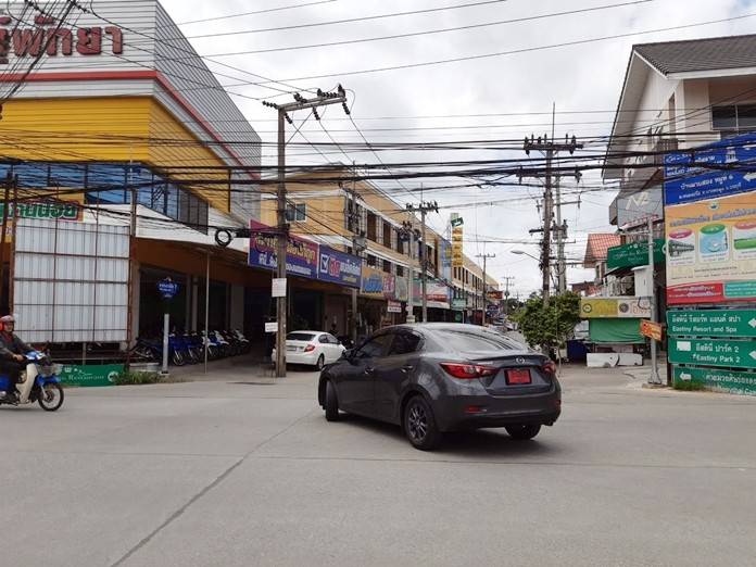 Residents are calling for the removal of signboards at the top of Soi Pornprapanimit 7.