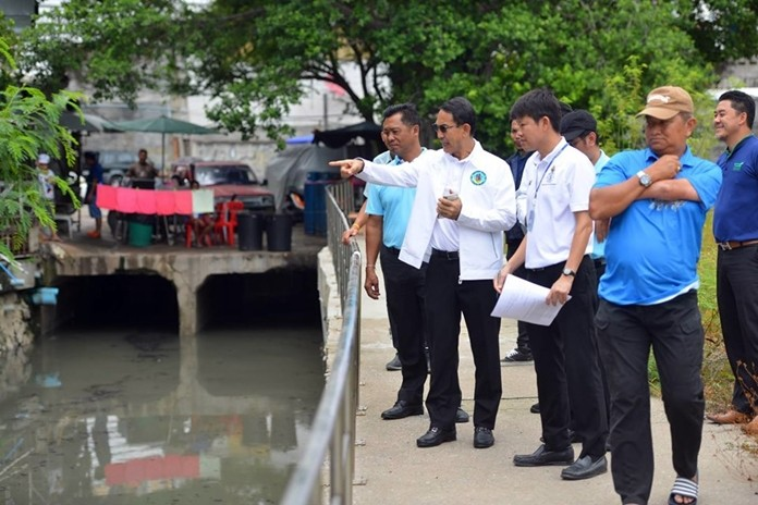 Pattana Boonsawad, Pattaya Deputy Mayor paid an area visit to inspect water quality in South Pattaya Canal in Soi 16 after there was heavy rainfall in Pattaya