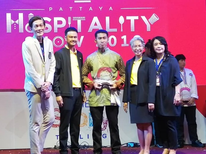 Sanpetch Supabawornsatien (left) chairman of the organizing committee and Dr Pakamon Wongsri (right) President of Thai Hotels Association Eastern Chapter present prizes to the winners.