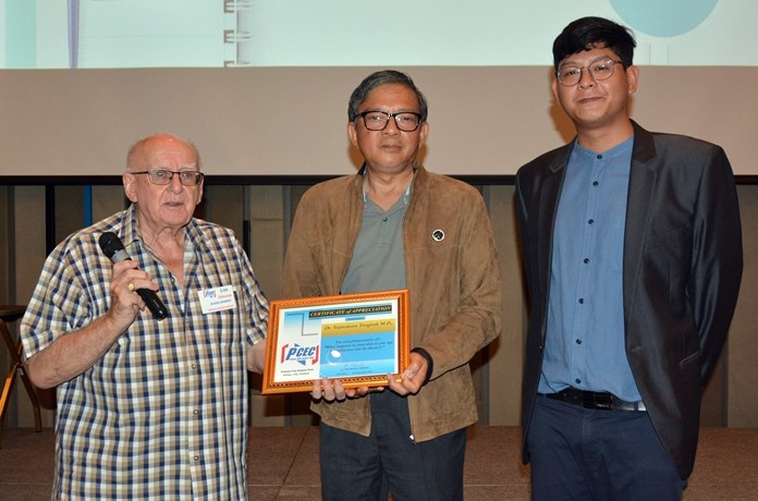 (L to R) MC Les Edmonds presents the PCEC's Certificate of Appreciation to Dr. Tongsuk and his son Jack from Pattaya Royal Beauty Clinic for their interesting and informative talk about the effects of aging skin and what can be done to remove them and make one look younger.