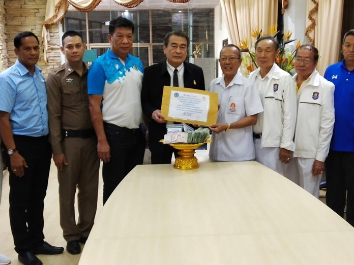 150,720 baht was donated and presented to Sawangboriboon Thammasathan Foundation Vice President Prasit Thongthitcharoen in Naklua for flood victims in the north.