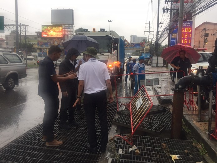 Deputy Mayor Pattana Boonsawad and officials inspect trouble spots along Sukhumvit Road in South Pattaya.