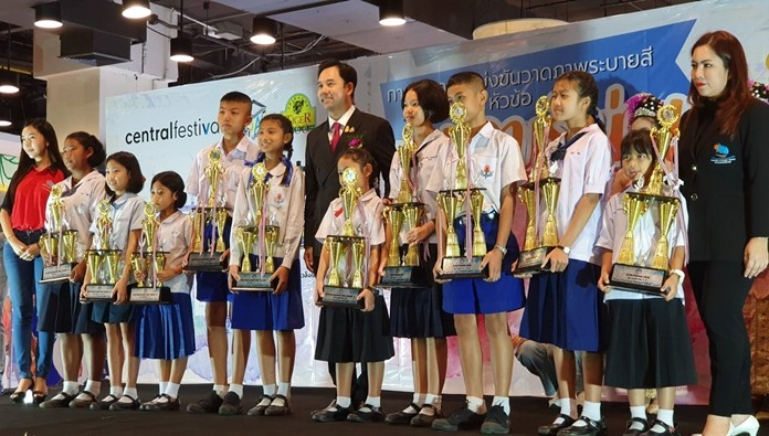 Winners received trophies and scholarships from the Minister of Culture.